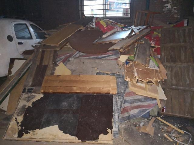 群众收集的废旧木家具、地板等劈柴
