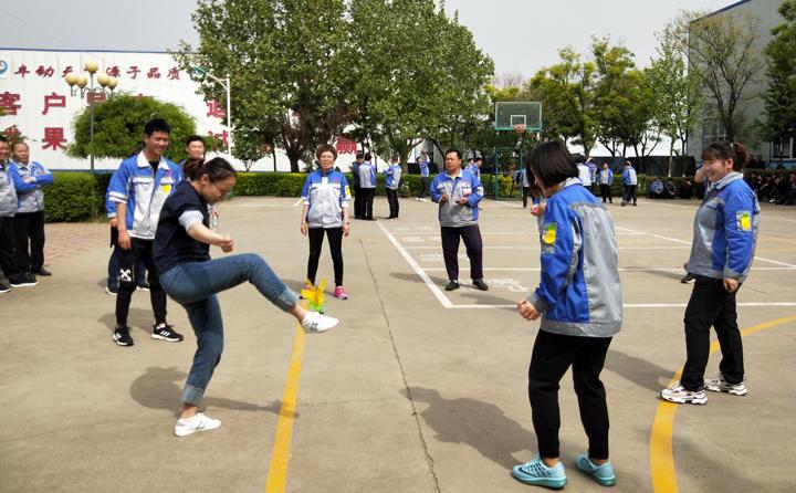 踢毽子比赛让我们见识到团结协作、坚持不懈的运动精神,各队在场上展开激烈比拼,队员们沉着应战、默契配合、快速传递