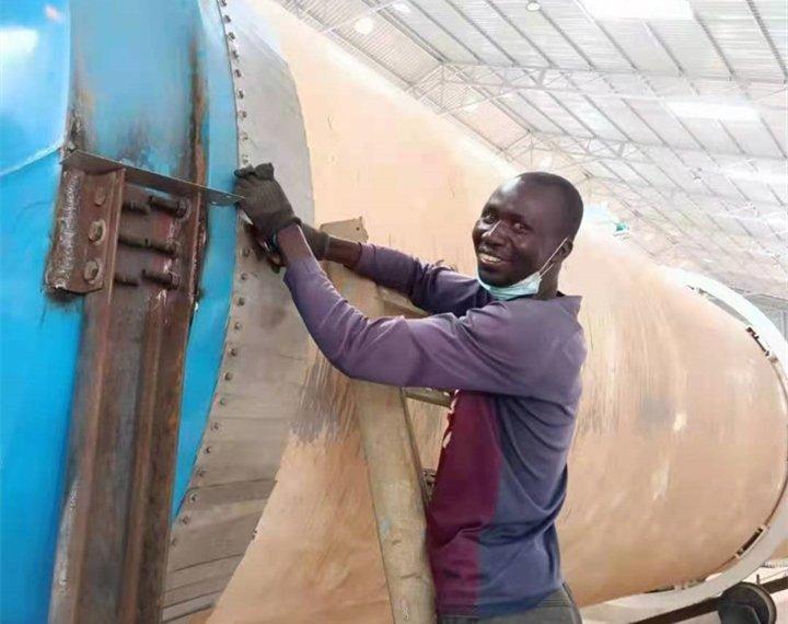 乌干达工人正在安装烘干筒